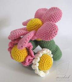 Crocheted flower baby rattle - meskok.design