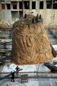 Grabstätte mitten auf der Baustelle: Zu dem seltsamen Anblick hat der Streit...