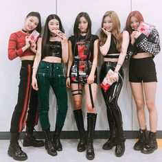 A imagem pode conter: 5 pessoas, pessoas em pé e sapatos J Pop, Stage Outfits, Kpop Outfits, Kpop Girl Groups, Kpop Girls, Kpop Fashion, Korean Fashion, Rapper, Loona Kim Lip