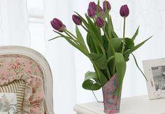 Arranjo floral de tulipas roxas dentro de pá para grãos com pintura floral da Recicla Mundo