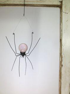 Rose pâle Sun Catcher fenêtre araignée suspendue Art, fabriqué sur commande