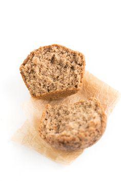 Estamos muy orgullosos de esta receta de muffins de manzana porque son veranos, sin gluten y bajos en grasa. Son muy saludables y están buenísimos.