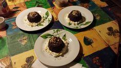 Tortini di capodanno ripieni con crema al mascarpone e ricoperti di cioccolato fondente