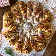 Kanelipulla on parhaimpia leivonnaisia, siksi sitä on ihanaa saada joulunakin. Tämänvuotisessa pullassa maistuu kaneli, piparkakkumauste ja hasselpähkinä. Nutella, Kaneli, Bread, Baking, Food, Bakken, Eten, Backen, Bakeries