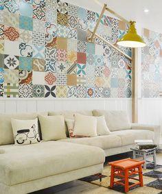 Apartamento HT en Vietnam... ¿por qué no decorar las paredes con azulejos?, esta pared #patchwork es preciosa! • Decorate with ceramic tiles
