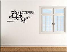 Adesivi murali frase famiglia gufi arredo sono decorazioni adesive da parete ideali per decorare l'ambiente prescelto della casa con stile e particolarità. Wall Design, Fonts, Windows, Stickers, Space, Home Decor, Wall Clings, Environment, Houses