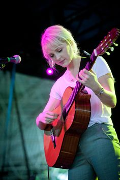 Laura Marling playing the guitar Indie Music, New Music, Music Pics, Music Photo, Laura Marling, Festival Photography, Guitar Girl, Folk, Female Guitarist