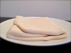 500 g de Mix Pâtisserie sans gluten (ou 300 g de fécule de pomme de terre, 200 g de farine de riz et 2 c.c. de gomme guar) – 225 g de farine de riz complet – 25 g d'arrow root (ou autre fécule) – 1 c. à soupe rase de gomme xanthane – 1 pincée de sel – 100 g de margarine végétale – 100 g de yaourt / fromage blanc de soja – 300 ml d'eau + 60 g de margarine végétale et de la farine de riz complet pour tourer la pâte.