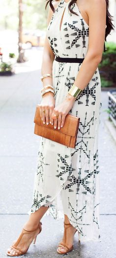 Love the fit and print of this maxi. Neckline is super flattering. Like the clutch and heels also.