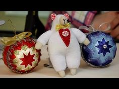 Елочая игрушка. Шишка из лент. Видео Мастер Класс - YouTube Quilted Ornaments, Diy Christmas Ornaments, Christmas Balls, Christmas Decorations, Holiday Decor, Diy Crafts, Flowers, Handmade, Youtube