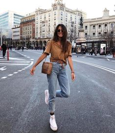 Look with mom jeans - Cute Outfits Mode Converse, Outfits With Converse, Mode Outfits, Jean Outfits, Fashion Outfits, Fashion Clothes, Outfits With Mom Jeans, Mom Jeans Outfit Summer, Casual Weekend Outfit