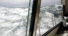 Espectacular fotografía, publicada en el e-magazin Fondear. Está tomada desde el Santa María Australis, barco del navegante murciano Sem Taboada, durante su paso del Cabo de Hornos en enero de 2008, que le supuso un reto que rozó la temeridad. Taboada confiesa que pasó las peores horas de su vida entre olas de hasta 11 metros, heladas aguas negras, un frío terrible y rachas de viento de 65 nudos.