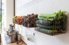 Fruit en groente manden aan de muur voor in de keuken