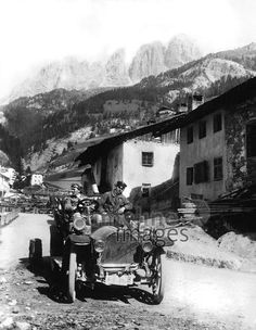 Automobil im Hochgebirge, 1910 Timeline Classics/Timeline Images #Auto #Autos #Fahrzeug #Wagen #Car #Cars #Oldtimer #Alpen #Berge #Autoreise