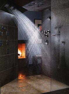 Если у вас большая ванна-спа с массажным душем и прочими прелестями, стоит подумать о создании соответствующей атмосферы с помощью камина. .