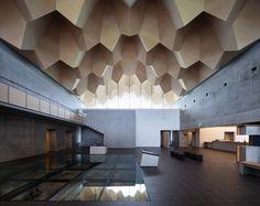 Furuichi and Associates'in tasarladığı, bölgedeki prehistorik dönem araştırmalarının ve sergisinin yapılacağı müze ahşap konstrüksiyon çatısının formuyla mağara imgesini tekrar üretmeyi deniyor.