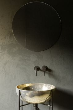 Gold basin, minimal eclecticism // bathroom
