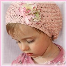 Traumhaft schöne Häkelbeanie in lila zartem rosa in einem wunderschönem Muster gehäkelt.    Verziert ist die Mütze mit 2 wunderschönen Kirschblüten un