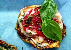 La pizza di melanzane è una semplice ricetta con melanzane a rondelle che cuoceremo con pomodoro e mozzarella. Scopriamo come realizzarla in maniera davvero facile.