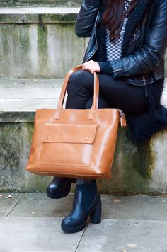 Top zip camel brown leather tote PINA handmade of beautiful, hand-dyed, premium quality leather. Elegant and timeless design, wonderfully highlighting your everyday styling. #handmade #leather