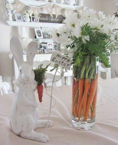 décoration vase en verre pour Pâques- composition de carottes et fleurs blanches