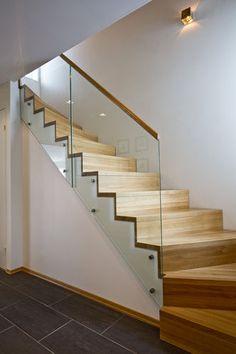 Fin, enkel trapp som buer (vi skal nok ikke ha gelender i glass)- Hansen & Justnæs AS