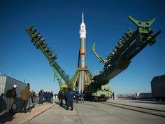 CONTAGEM REGRESSIVA - A nave espacial Soyuz MS-02 foi colocada em posição vertical na plataforma de lançamento no Cosmódromo de Baikonur, no Cazaquistão. O foguete será lançado no dia 19 de outubro com três astronautas a bordo, dois russos Andrei Borisenko e Rízhikov Sergey, e um americano, Robert Shane Kimbrough