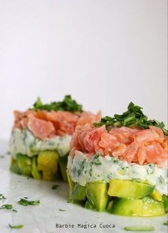 Factors You Need To Give Thought To When Selecting A Saucepan Finta Tartare Di Salmone, Ogni Strato Un Colore E Due Ingredienti Base Avocado Recipes, Fish Recipes, Healthy Recipes, Fingers Food, Salmon Tartare, Appetisers, Food Inspiration, Italian Recipes, Love Food