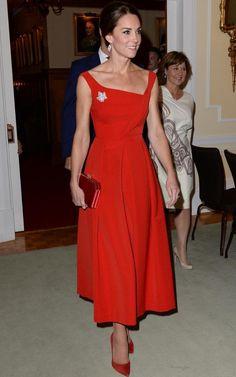 Kate Middleton style: the Duchess of Cambridge wearing a red Preen dress Moda Kate Middleton, Estilo Kate Middleton, Kate Middleton Prince William, Kate Middleton Style, Prince William And Kate, Jenny Packham, Duchess Kate, Duchess Of Cambridge, Dame Chic