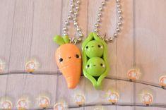 Peas and Carrot Best Friend Necklace Food Jewelry Kawaii Fimo Kawaii, Polymer Clay Kawaii, Fimo Clay, Polymer Clay Projects, Polymer Clay Charms, Clay Crafts, Polymer Clay Miniatures, Polymer Clay Creations, Crea Fimo