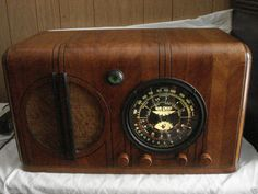 ANTIQUE AIR CHIEF WOOD TUBE  MULTIBAND RADIO WORKING NICE!  (NO RSV)