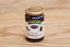 Schwarze Johannisbeer-Marmelade von Follain, Follain ist einer der bekanntesten und beliebtesten Produzenten und stellt seine Marmeladen aus 100% natürlichen Zutaten nach alten irischen Rezepten her, ohne Geschmacks- Farb- und Konservierungsstoffe. Die Marmeladen werden für maximale Frische in hochwertigen Gläsern vakuumverpackt. Die Firma ist im Zentrum des landwirtschaftlich geprägten West Cork ansässig, die Qualität ist die von hausgemachten Produkten.