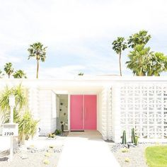 Lifestyle expert Kelly Golightly shares the best things to do in Palm Springs. Free things to do in Palm Springs. Modern Exterior Doors, Modern Front Door, House Front Door, Front Doors, Exterior Design, Palm Springs Häuser, Palm Springs Style, Modern Landscape Design, Modern Landscaping