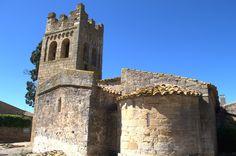 A la izquierda vemos el ábside prerrománico siglos IX-X y a la derecha el ábside románico circular estilo lombardo del siglo XII. Sant Esteve de Canapost. Girona