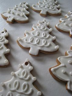 Great idea for decorating snow white Christmas tree cookies Christmas Tree Cookies, Iced Cookies, Cute Cookies, Christmas Sweets, Christmas Cooking, Noel Christmas, Christmas Goodies, Cookies Et Biscuits, Holiday Cookies