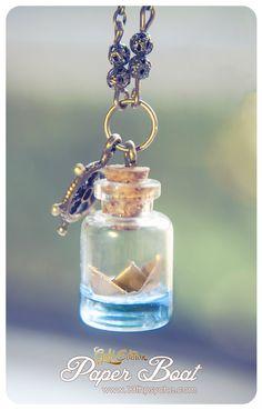 Edición de oro de mi collar de botella de barco de papel.  Un collar de botella de cristal pequeña hecha a mano con un papel dorado barco dentro.  El