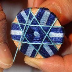Knopfwickelkurse - Holiday World Diy Buttons, How To Make Buttons, Button Art, Button Crafts, Loom Board, Dorset Buttons, Lulu Love, Burlap Crafts, Passementerie