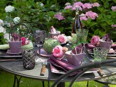 Auberginenfarben-gedeckter-Gartentisch-800-600