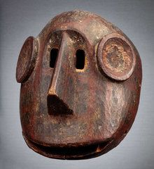 A MAKONDE MASK MOZAMBIQUE REGION Mozambique CULTURE Makonde PERIOD XIX-XXth century CATEGORIES Other Masks FEATURES cephalomorphic MATERIALS Natural Pigment, Wood SIZE 30.00 cm