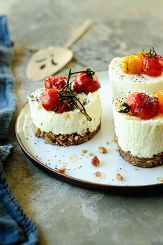goat cheese and tomato appetizers. Savory goat cheese and roasted tomatoes mini cheesecakes Savory Cheesecake, Raspberry Cheesecake, Oreo Cheesecake, Cheesecake Recipes, Plat Vegan, Roasted Cherry Tomatoes, Appetizer Recipes, Tomato Appetizers, Cheese Appetizers