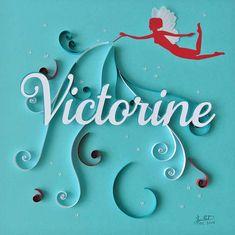 Cadeau de baptême personnalisé en quilling pour Victorine. Tableau sur le thème des fées dans des tons bleus avec une touche de rouge.