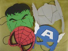 Máscaras infantis de super-heróis em EVA, meio rosto. Ideal para lembrancinha de aniversário com o tema Liga da Justiça, Homem-Aranha, Thor, Capitão América, Vingadores, ........... Vai embrulhada individualmente em saquinho transparente, com fita de cetim e cartãozinho personalizado no tema da festa.  Pesos e medidas aproximadas (sem embrulhar): - Homem-Aranha: 16x16cm  -  5g - Hulk: 16x16cm  -  8g - Capitão-América: 17x20cm  -  6g - Thor: 17x23cm  -  15g  Consulte-nos sobre outros…
