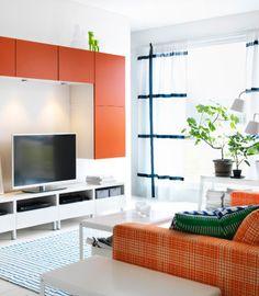 Orange og hvid tv-reol i en elegant stue