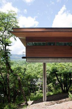 Cette résidence de 145 m2 réalisée par l'architecte japonais Hirotaka Kidosaki est perchée sur une montagne luxuriante dans la préfecture de Nagano. Le client souhaitait une maison ouverte sur l'environnement naturel avec un panorama unique, pour cela, il était nécessaire de mettre la construction sur quatre piliers.