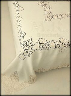 COPRILETTO PURO LINO ECRU' RICAMATO INTAGLIO CON FILO SETA Cutwork Embroidery, Embroidery Patterns, Machine Embroidery, Vintage Table Linens, Whole Cloth Quilts, Cut Work, Bed Covers, Needle And Thread, Hand Stitching