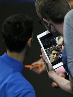 15.11 L'intouchable no 1 mondial Novak Djokovic s'est montré expéditif en dominant (6-1 6-1) le Japonais Kei Nishikori en à peine 1h05, dimanche lors de la première journée du Masters à Londres. Cela valait bien un petit selfie avec un heureux spectateur.Photo: AFP/Adrian Dennis