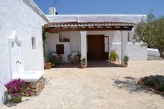 Can Pinya,,,el porche .... en la entrada a la casa principal, la fuente a la izquierda se añadió en una la rehabilitación del año 2013-14,, no es típica de la arquitectura ibicenca, pero le da un color diferente a la casa.