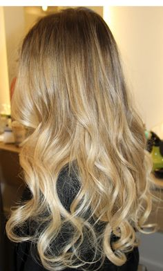 Love the gradual ombré instead of the harsh, defined line between the brunette and blonde. Very pretty