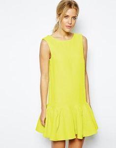 Vestido de corte recto con textura y bajo de volante fruncido en tono flúor de ASOS (SS14) por £55