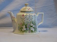 Daisy floral Teapot with Lid, Not Marked $11.99